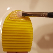 foodtravelandmakeup-brush-egg-demo-eyeshadow-brush-step-3