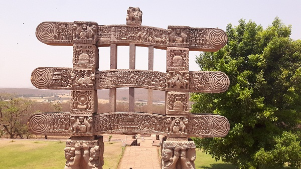 foodtravelandmakeup travel diaries great sanchi stupa pillar.jpg