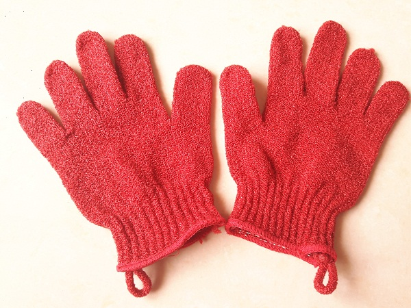 fooftravelandmakeup-the-body-shop-exfoliating-gloves-picture