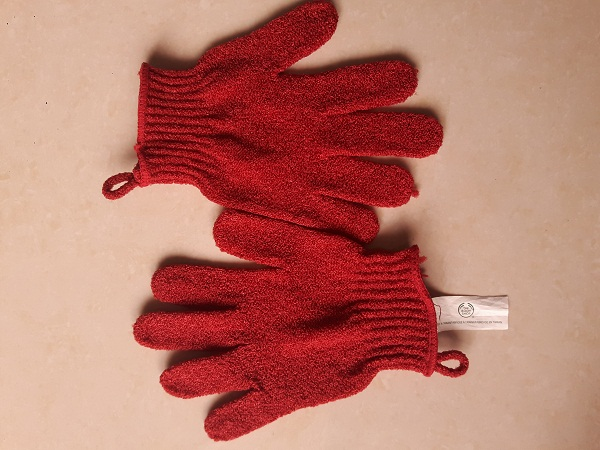 fooftravelandmakeup The Body Shop Exfoliating Gloves.jpg
